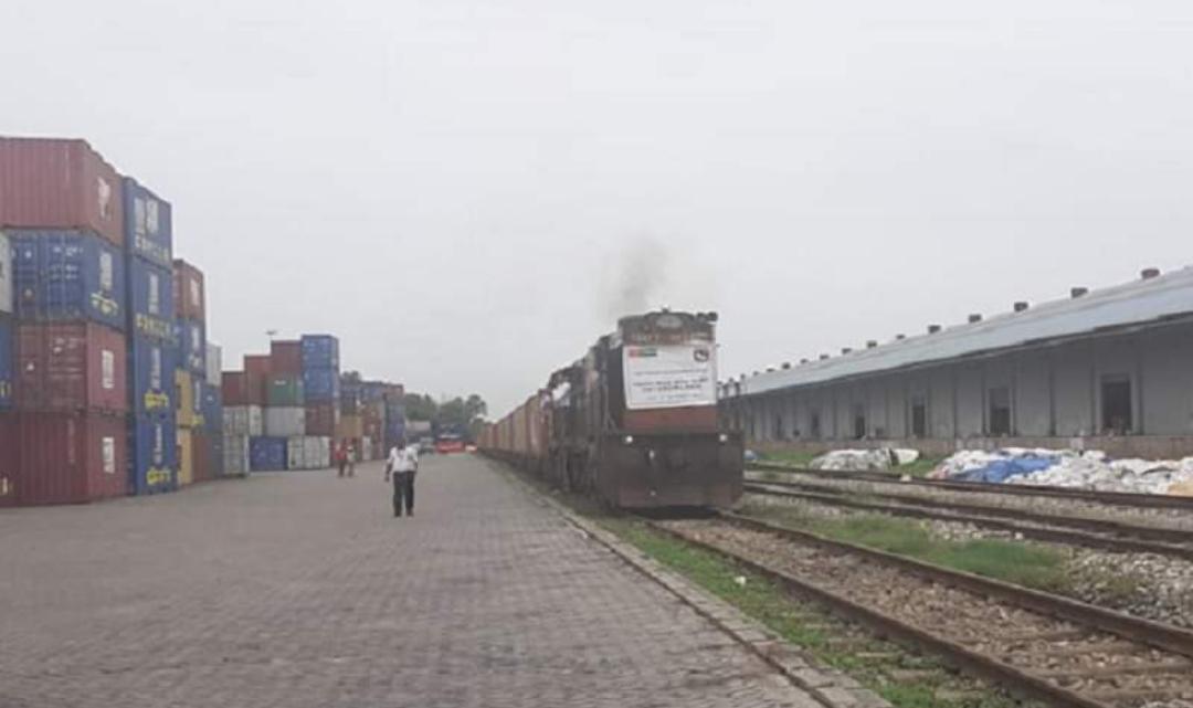 निजि कम्पनीको रेल आइपुग्यो वीरगंज , हिन्द टर्मिनलको रेल ९० कन्टेनर बाेकेर आयो।