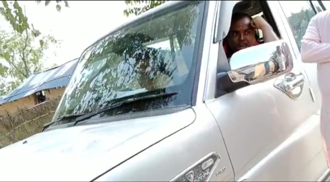 सरकारी गाडीको दुरूपयोग भइरहेको भन्दै युवाहरुले रोके गा.पा. अध्यक्ष चौरसिया चढेको गाडी।