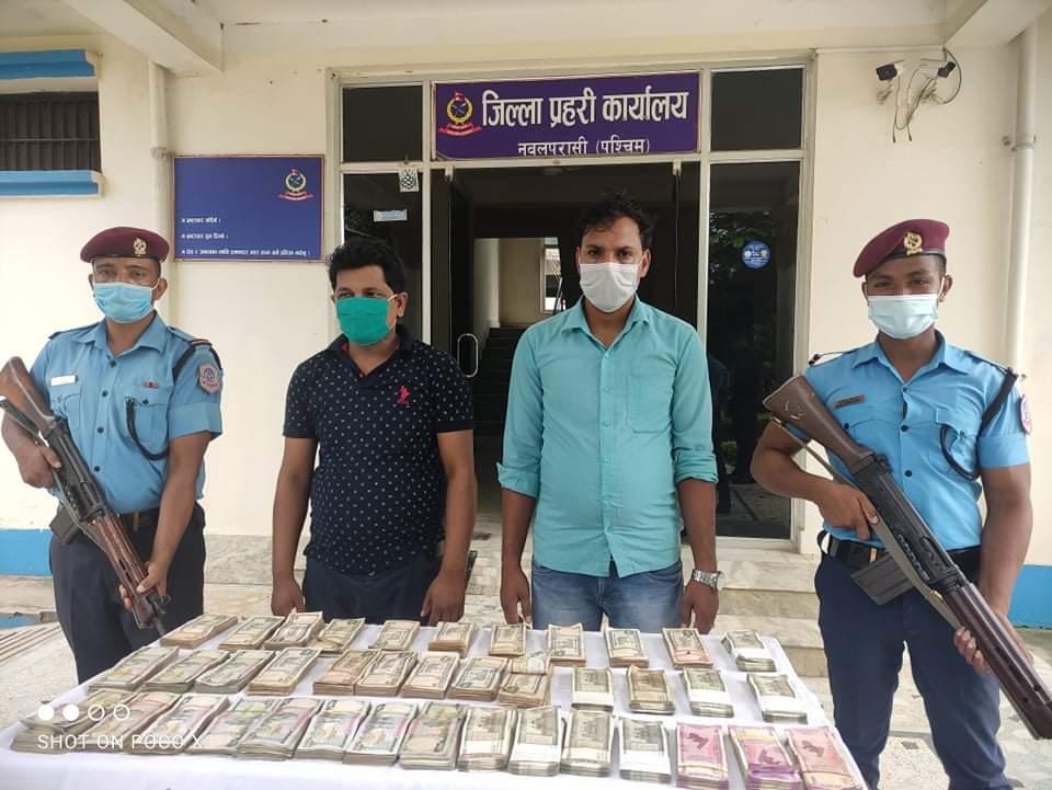 पश्चिम नवलपरासीमा १८ लाख ५० हजार नेपाली रुपैयाँ र ९ लाख भारतिय रुपैया सहित २ जना पक्राउ।
