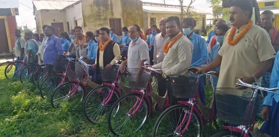 विद्यालयमा अध्ययनरत २७ जना छात्राहरुलाई साइकल वितरण।